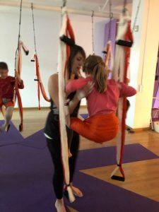 Aeroyoga en familia - Espacio Aum Castelldefels y Gavà - Yoga Studio