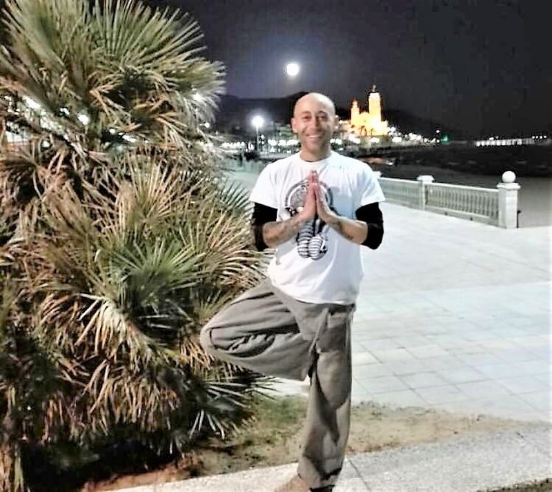 Nico - Profesor de yoga - Espacio Aum Castelldefels y Gavà - Yoga Studio